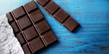chernyy shokolad na golubom fone 768x512 360x180 - Черный шоколад полезен далеко не всем