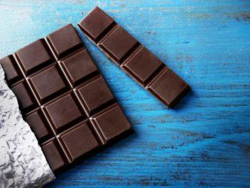 chernyy shokolad na golubom fone 768x512 360x270 - Черный шоколад полезен далеко не всем