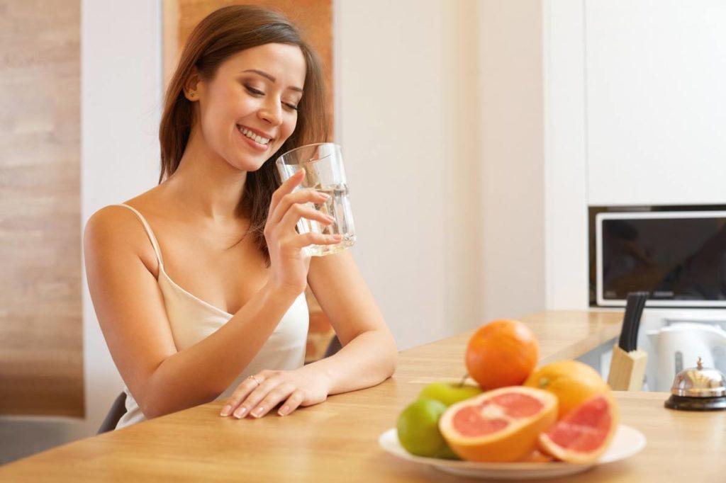 drink water 1024x682 - ПЯТЬ способов справиться с последствиями бессонной ночи