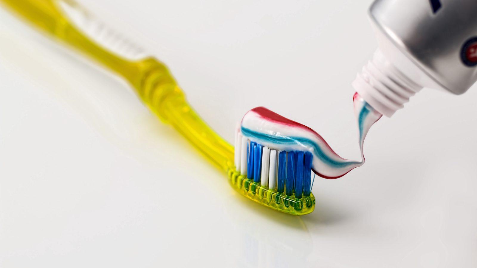 zubnaya shchetka zubnaya pasta gigiena 106582 3840x2160 - Интересные факты о зубной пасте
