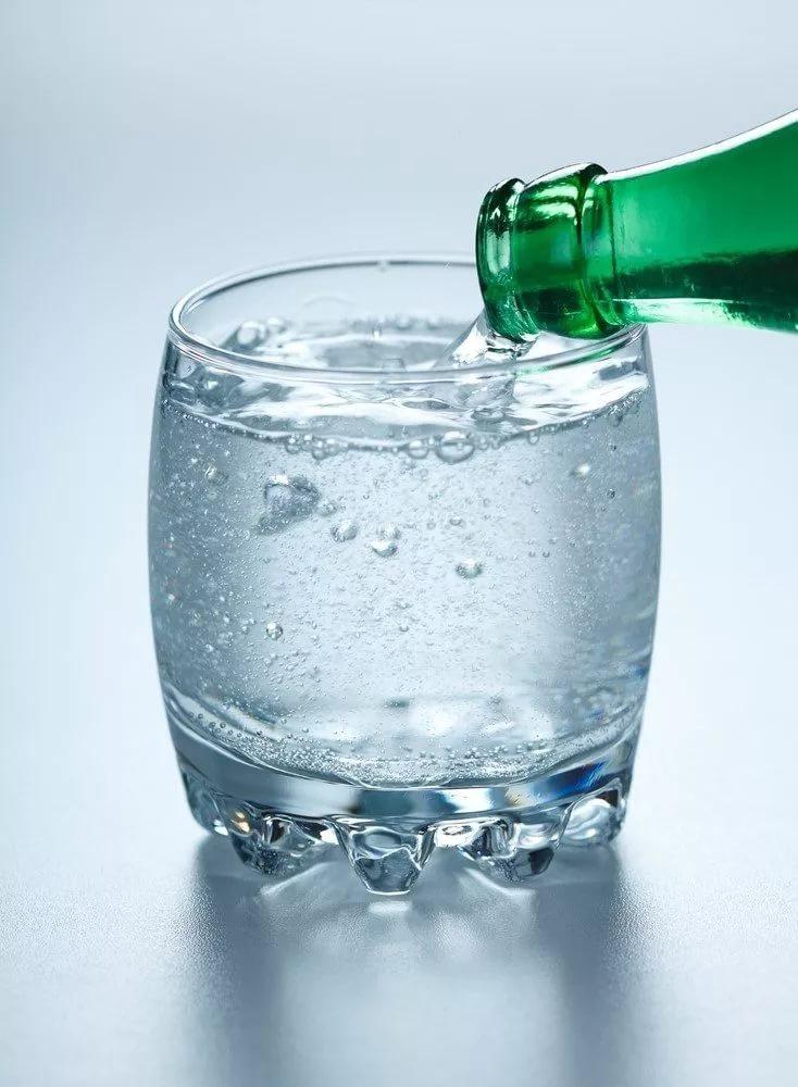 i - Что полезнее пить: газированную воду или воду без газа?