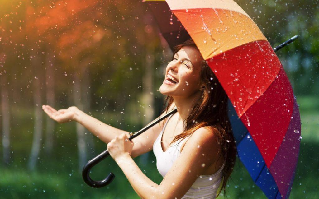 devushka smeh radost zontik 1024x640 - ТОП-10 главных привычек позитивных людей