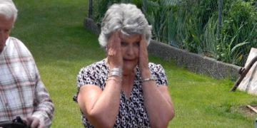 570801 360x180 - Бабушка прослезилась, когда увидела винтажное выпускное платье своей внучки