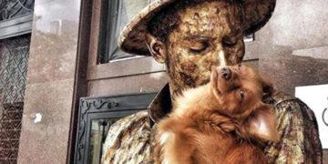 faupyvroasrpbo 700x366 360x180 - Этот пёс выполняет роль «живой статуи» ничем не хуже своего хозяина. Их дуэт неподражаем