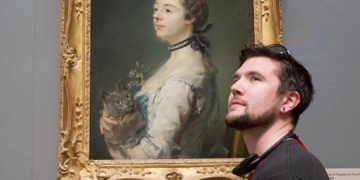 man takes pictures with every cat he meets 6 1 360x180 - Этот парень фотографируется со всеми встречными котами, и на то у него есть веская причина