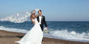 wedding groom bride dress bouquet sea svadba zhenikh nevesta 360x180 - Истории, произошедшие после свадьбы (14 фото)