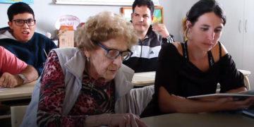 ycfvuyayavparnopglrsho 700x366 360x180 - Бабуля из Аргентины пошла в школу в 99 лет. И школьникам помоложе есть чему у неё поучиться