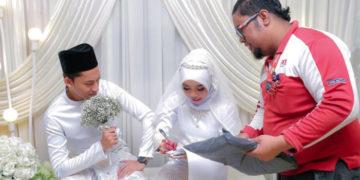 1 26 700x366 2 360x180 - В Малайзии обнаружен курьер года: он прервал свадебную церемонию, доставляя посылку. Невесте!