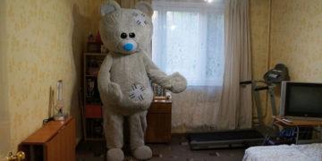 2 23 700x366 360x180 - Мужчина решил сдать квартиру оригинальным способом: показал её с помощью медведя. Вышло криповато