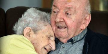 21310 360x180 - «Ты никогда не перестанешь быть мамой»: 98-летняя мать переехала к 80-летнему сыну в дом престарелых, чтобы за ним ухаживать