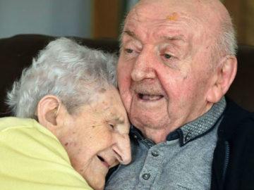 21310 360x270 - «Ты никогда не перестанешь быть мамой»: 98-летняя мать переехала к 80-летнему сыну в дом престарелых, чтобы за ним ухаживать