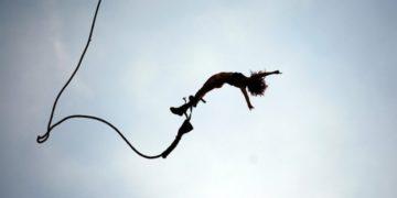 42441630 360x180 - Девушка ежедневно прыгает с 300-метровой скалы, чтобы накормить коллег