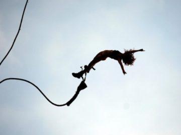 42441630 360x270 - Девушка ежедневно прыгает с 300-метровой скалы, чтобы накормить коллег