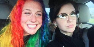 cfuyaaykpchvesranompgrlshod 700x366 360x180 - Девушка показала, какие они с сестрой разные — и дело не только в причёсках, но и в их домах