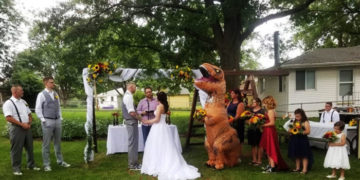 1567505842 87ccb2e1dd79fa00c523b3b9f4fc245a 700x366 360x180 - Невеста разрешила сестре прийти на свадьбу в чём угодно. Та не растерялась и надела огромный костюм динозавра