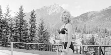 IMG 2569 360x180 - Гипс — красоте не помеха: редкие фото Мэрилин Монро на костылях