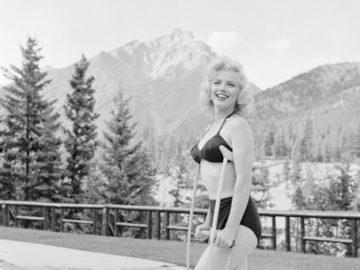 IMG 2569 360x270 - Гипс — красоте не помеха: редкие фото Мэрилин Монро на костылях